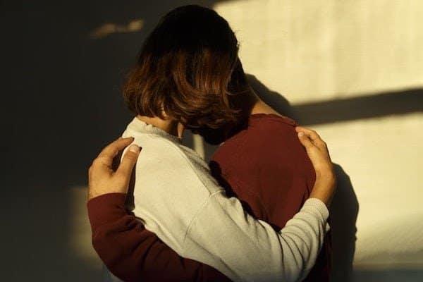 11-hugging-alternatives-for-long-distance-relationships-Todaywedate.com